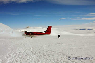 Twin Otters at Mt.Vinson Base Camp (� P. Gatta)