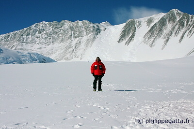 Base camp, Mt.Vinson behind (� P. Gatta)