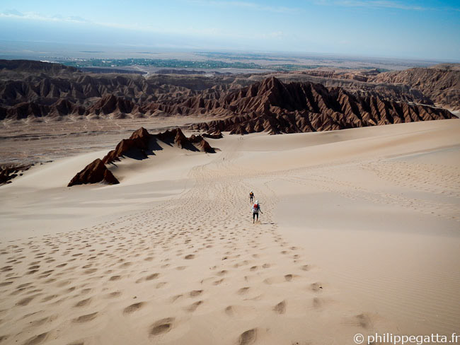 Descending a big dune toward the Valley of Death (� P. Gatta)