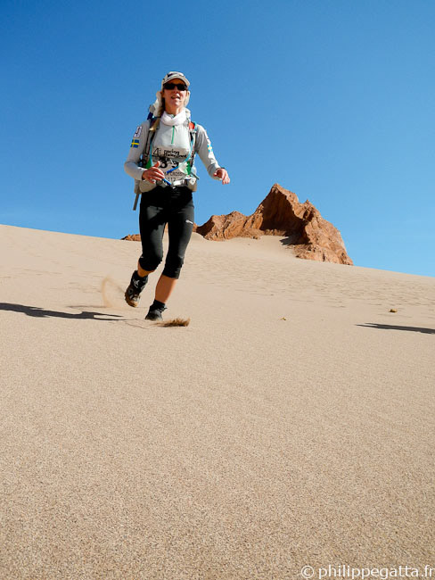 Anna descending a big dune (© P. Gatta)