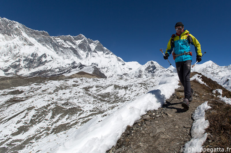 Anna and Philippe on the GHT, Everest in the background (© P. Gatta)