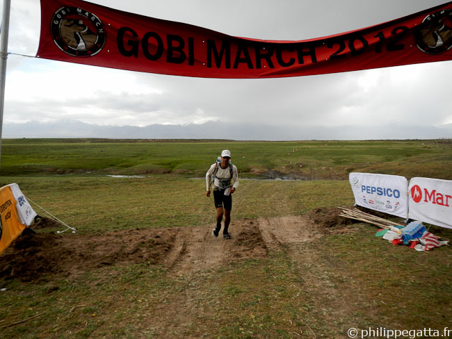 Philippe finishing the Long stage of the Gobi March (� P. Gatta)