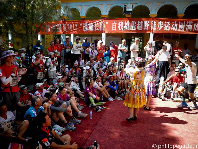 Local dance at the finish line of the Gobi March (� P. Gatta)