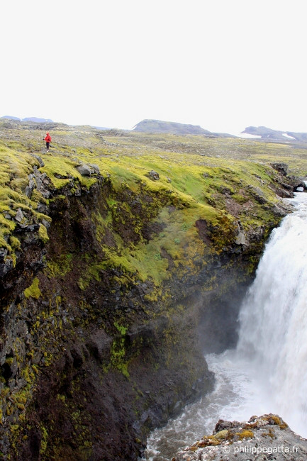 Descending to Skogar, Skogafoss waterfall (© P. Gatta)