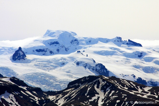 Hvannadalshn�kur 2 110 m, highest peak of Iceland. Seen from Krist�nartindar (� P. Gatta)