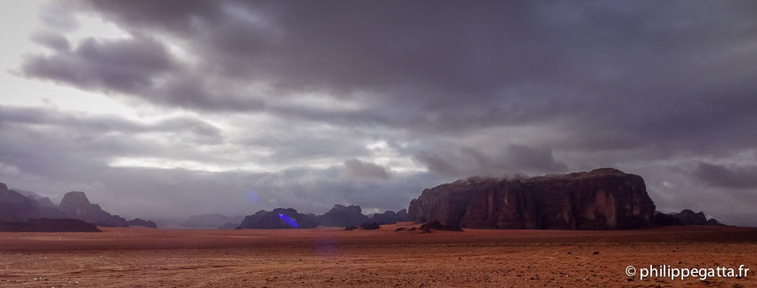 Cloudy day at Camp 1 of the Sahara Race Jordan (© P. Gatta)