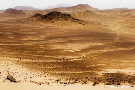 Between the CP1 and CP2 of Marathon des Sables (� P. Gatta)