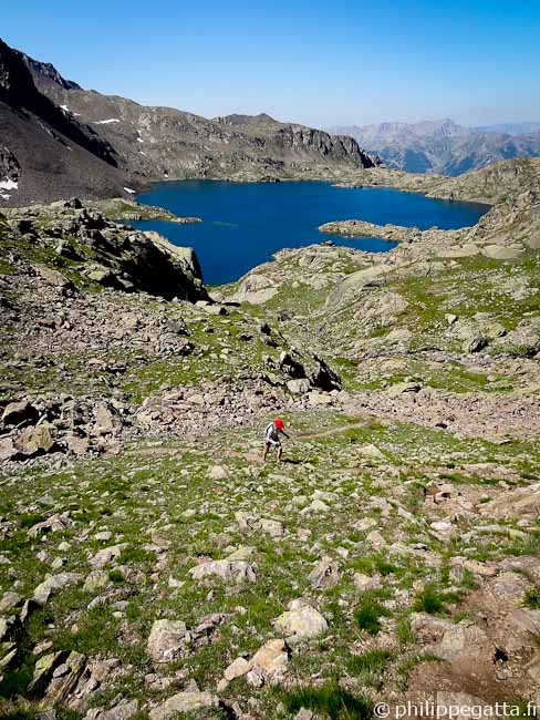 Climbing toward Tenibre, Rabuons lake behind (© Philippe Gatta)