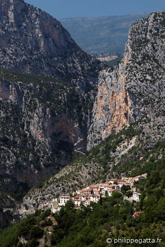 The village, canyon and cliff of Aiglun (© Philippe. Gatta)