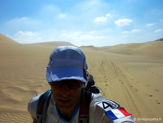 Running in the dunes toward check point 3 (� P. Gatta)