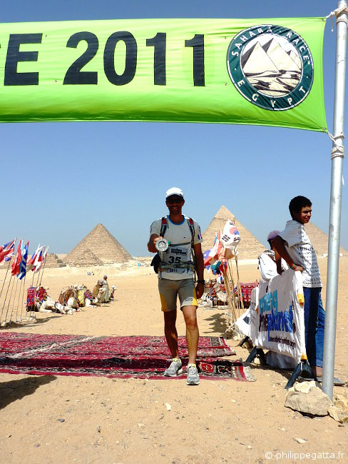 Philippe at the finish line with the Giza Pyramids behind (� P. Gatta)