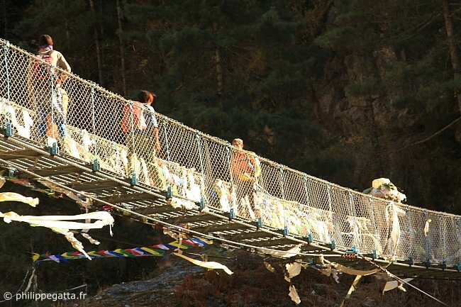 Runners on the bridge at the bottom of the hill of Namche Bazar (� A. Gatta)