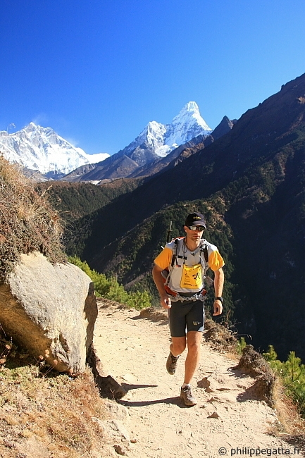 Philippe during the Everest Sky Race with the Lhotse and Ama Dablam in the background (© Anna Gatta)