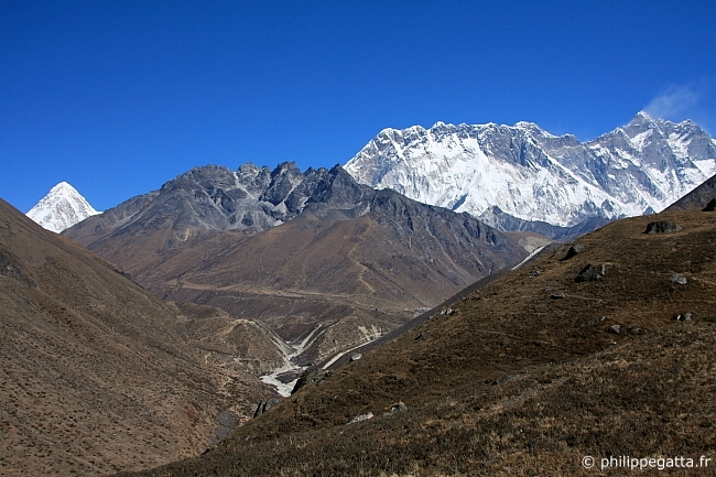 The Valley from Tengboche to Pheriche. Summits of Nuptse and strong wind on Lhotse. Pumori on the left (� A. Gatta)