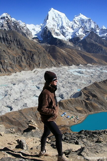 Anna Gatta at the top of Gokyo Ri. The lake and the village of Gokyo below and the Cholatse behind (� P. Gatta)