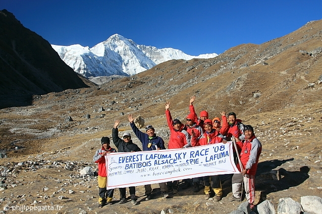 Pur� Gurung and part of the Nepalese Team at Gokyo village. Cho Oyu behind (� P. Gatta)