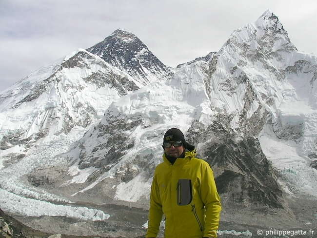 Philippe Gatta at the top of Kala Patthar, on the left the Mt. Everest and the Ice Fall, on the right the Nuptse (� P. Gatta)