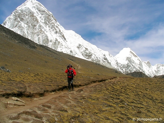 Fabien Brusson descending from the Kala Patthar with the camera on his hand. Pumori in the background (� P. Gatta)