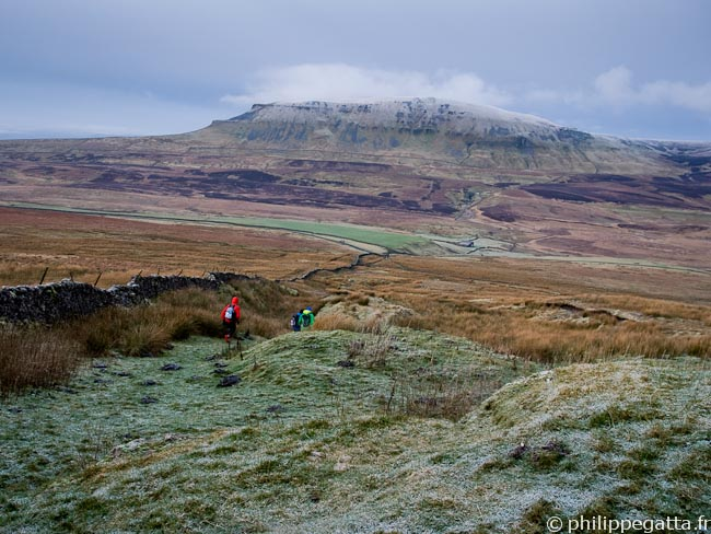 Running toward Pen-y-ghent (� Euan Bruce)