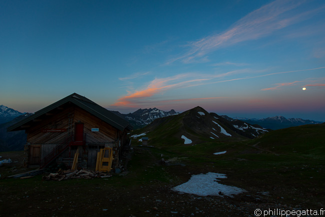 Sunrise and full moon over the Refuge de la Croix Col du Bonhomme  (© P. Gatta)