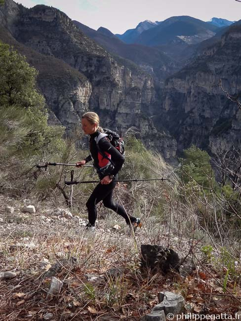 Anna in the first climb toward Chapelle St Joseph (© Philippe Gatta)