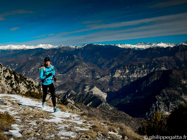 Anna running back from Mont Vial with the Alps behind (© Philippe Gatta)
