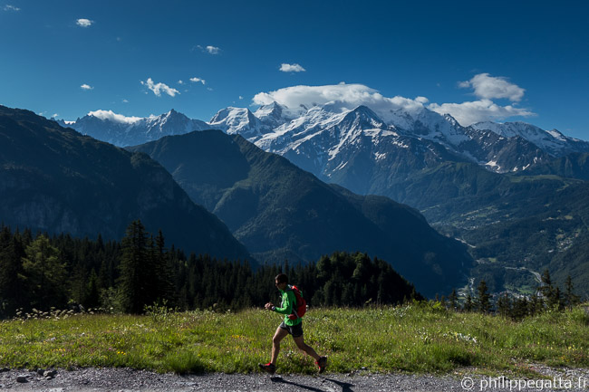 On the way to Ayeres des Pierrieres, Mont Blanc behind (© A. Gatta)