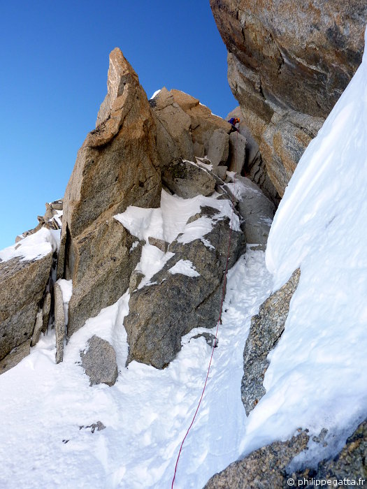 Philippe rapping down in the Cosmiques Ridge (© A. Gatta)