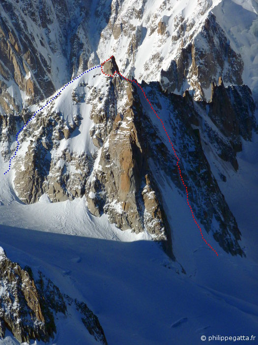 Tour Ronde North face (red), normal route (blue) seen from Rochefort ridge (© P. Gatta)
