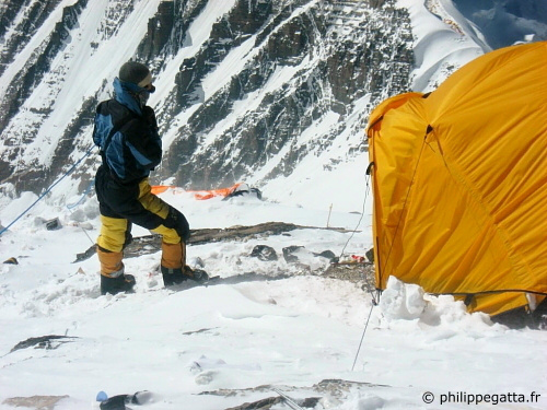 Nima in front of our tent at Everest camp 3. (© P. Gatta)