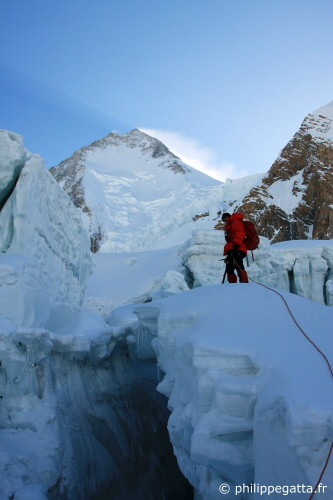 Philippe Gatta in the Icefall, Gasherbrum I behind (Photo © P. Gatta, Gorgan Wildberger)